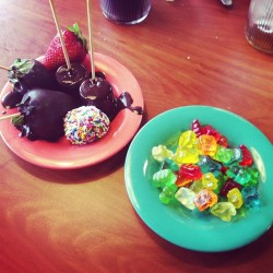 Dessert timeeee!!! Oh my! Haha #dessert #strawberries #gummybears #goldencorral #chocolate #sogood #yummy