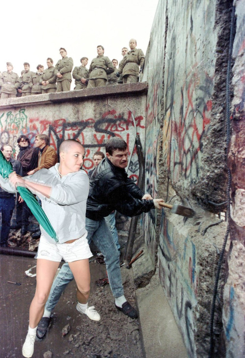 lindsaylohangmyself:  hellyeahbaldbritney:  Britney vs. Berlin Wall  it's sad how the american educational system doesn't teach that britney helped tear down the berlin wall ://