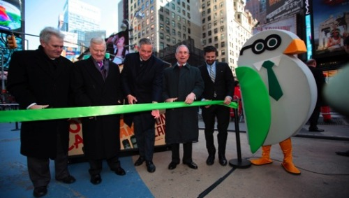 Solar rubbish and recycling bins to grace garbage-y Times Square Michael Bloomberg takes a breather from his health kick to introduce a small army of solar-powered waste and recycling stations that will be installed in the trash-generating heart of New York City.