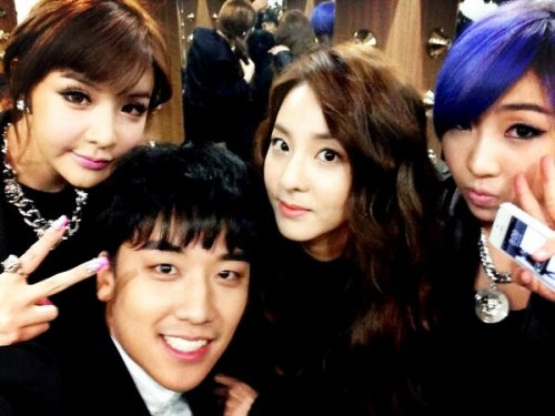 "[130214] Seungri @FORVICTORI ""With 2NE1″ (at the 2013 GAON Kpop Chart Awards) As many of you know, last night many YG artists attened and were awarded at the GAON awards.  Seungri has uploaded a photo with him and Minzy, Bom and Dara, (CL was headed to NY for J Scott's fashion show at the time.) With 2NE1 !!!!!! Source: Seungri's Twitter"