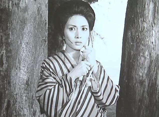 ストライプ着物を着て刀を持っている目を見開いた梶芽衣子の画像