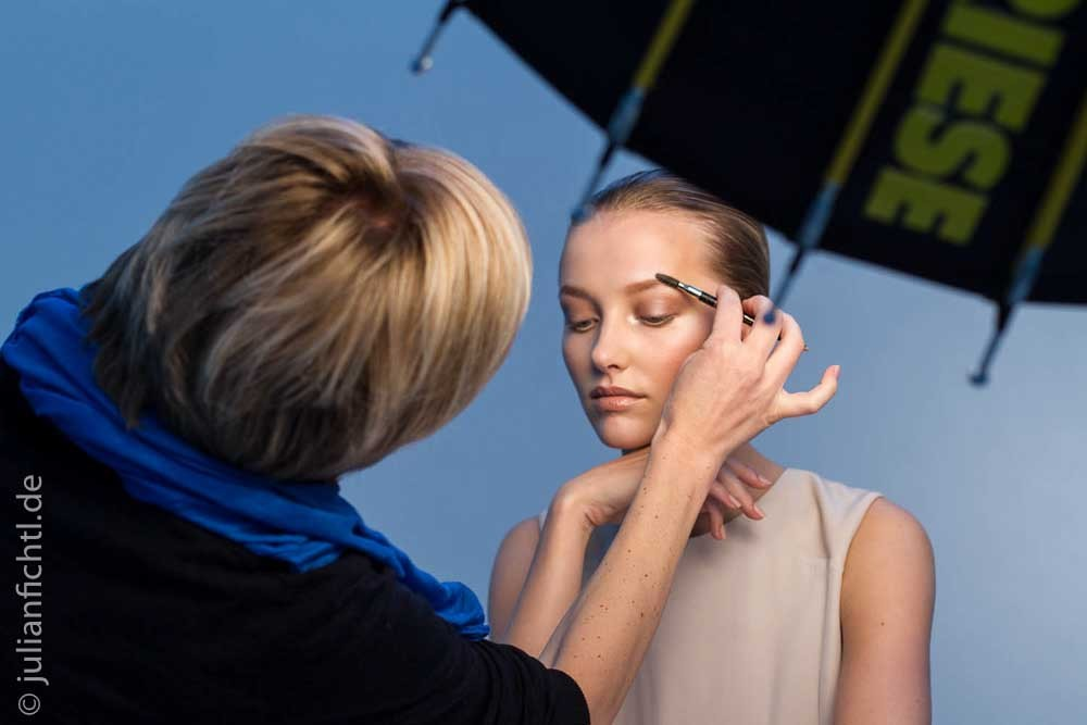 "Making-of for Douglas ""Eine Frau, vier Looks""Client  Douglas Magazin CONDÉ NAST VERLAG GMBHEditor  Veronika von PrittwitzPhotographer  Martin Bauendahl www.bauendahl.comModel  Emily van Raay www.karinmodelsparis.comPhotoassistent   Julian Fichtl Makeup  Loni Baur www.ballsaal.comStyling  Denis Blys www.ballsaal.comMany thanks for the amazing making-of to Director/Editor: Mira Rosenmeier and DOP: Arthur Weissgerber"