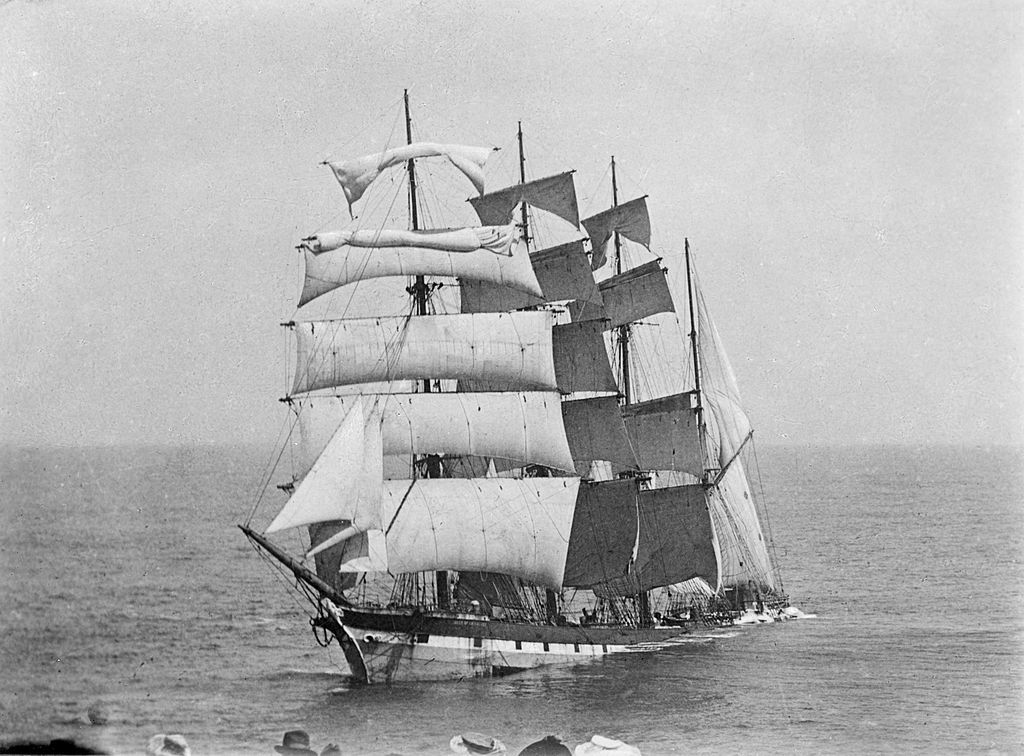 zerolabarre:  Four masted barque Falls of Halladale wrecked near Peterborough, Victoria, 1908.