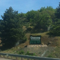 Pulled over to be politely welcomed to Oregon. Heading south, 23 years ago I got a sodding ticket driving to watch high school debate nationals in San Jose. Needless to say we wrote a three page, 30-point protest. I don't remember if I got out of it it not, but that last 55 mph sign before you enter California is a result. #islanddebatesquad @dietrich #toomuchtime #notsmartjustsmartass (at Oregon-California State Line)