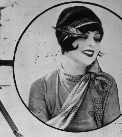 miss-flapper:  Clara Bow and cloche hat, 1926