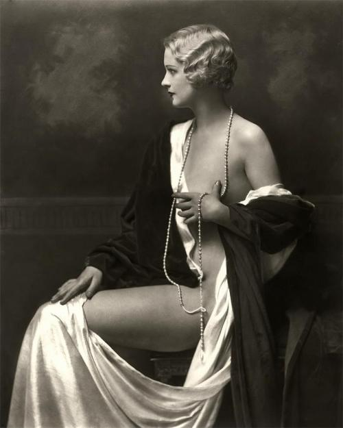 fewthistle:  Ziegfeld Girl, 1920's. Photographer, Alfred Cheney Johnston.   Love this!!!