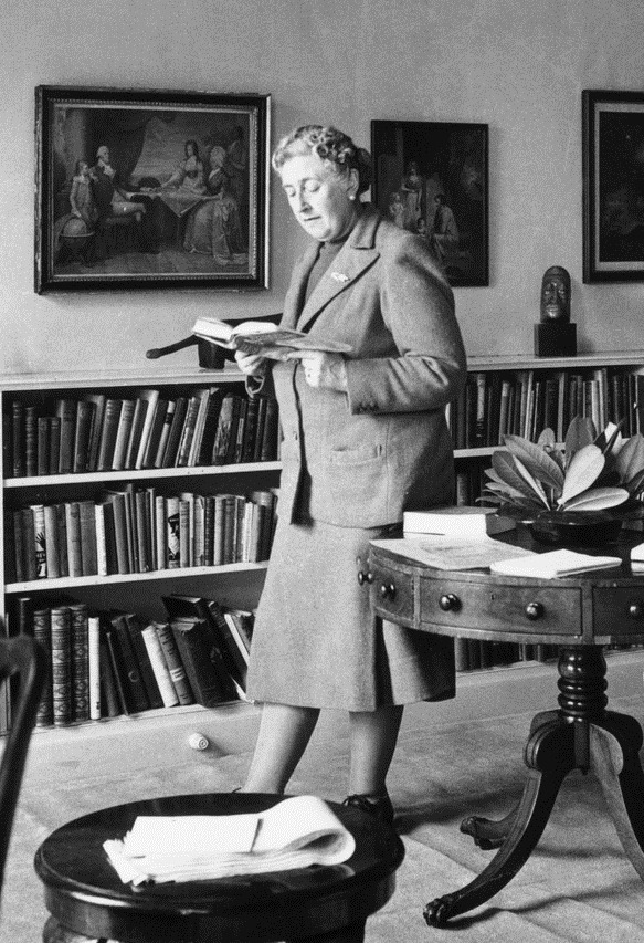 womenreading:  Agatha Christie