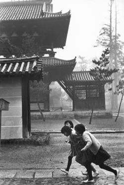 undr:  Henri Cartier-Bresson Japan, Kyoto. 1965