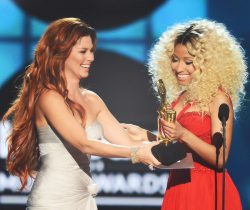 "fuckyeahbeyonceminaj:  Shania Twain presents the award for ""Top Rap Artist"" to rapper Nicki Minaj at the 2013 Billboard Music Awards. (5-19-13)"