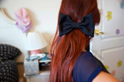 hipstawbu:  quality-canon:  Black Bow Red Hair   Ugh I want my hair like this so bad