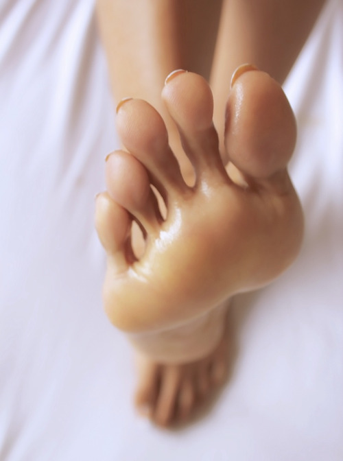 cuteasianfeet:  Close to my long toes :)