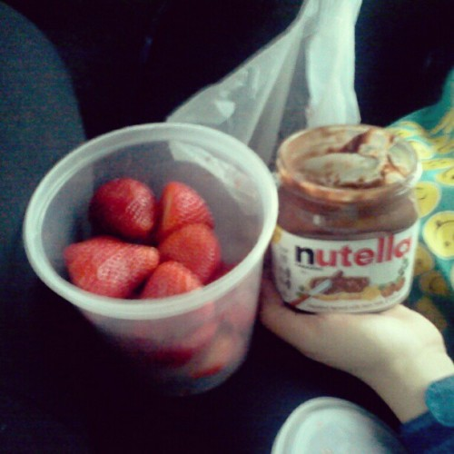 Being all healthy fat on the bus with my bestfriend @asapbeya #Strawberries #Nutella