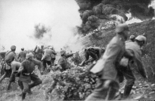 nicholld:  A rather dramatic photo from the First World War of German soldiers amid chaos.