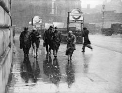 undr:  Fox Photos Londoners braving the snow and sleet outside Blackfriars tube station. 1933