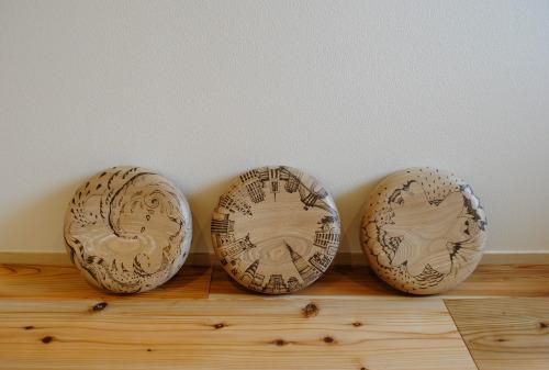 「IREZUMI」design:kan nagataillustration : Mosodelia http://mosodelia.com/size : 330 x d330 x h350~600mm材質 : タモ  オイルフィニッシュ -コンセプト -  バーニングペンを使い、木座面を焼き付け模様を描く。  ペイントではなく入れ墨やタトゥーのように木部に傷をつけ描くことでその絵柄は簡 単に消えず残る。    木の柔らかさや木目の流れを感じながら、新しい命を刻む。