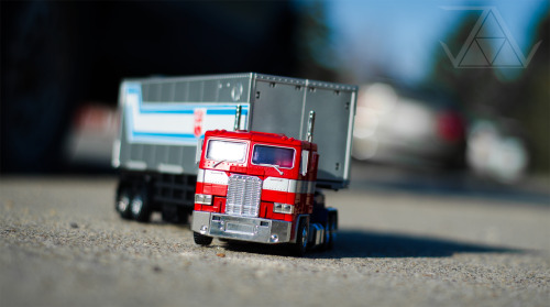 figurefotos:   Masterpiece Optimus Prime/Convoy    That's very pretty.