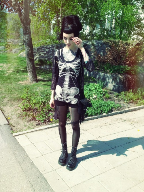 murderotic:  My outfit today. Top and bag from Shock (kreepsville 666 & poizen industries), shoes from Poplin (vegetarian shoes) and cardigan from Butik lillasyster (cream).