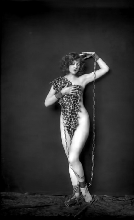 ziggirlz:  Alfred Cheney Johnston - Ziegfeld Girl.