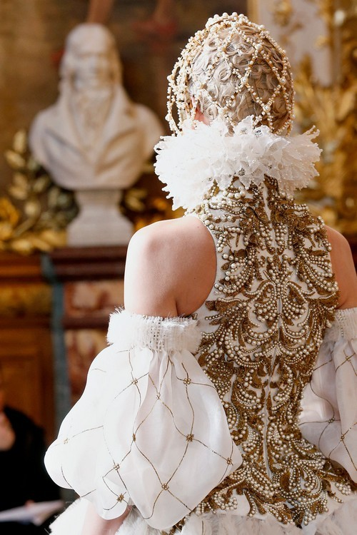 pretaportre:  Detailing of Alexander McQueen fall 2013 in Paris.