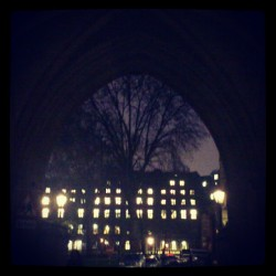 La entrada de Dean's Yard #night #sky #light #arch #Westminster #london #uk #england #gothic #tree
