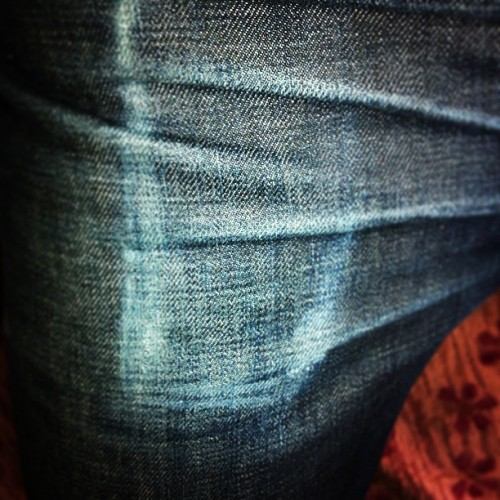 Freaking sick iPhone mark and whiskers coming in on my jeans!!! #rawdenim #selvedged #denim #jeans #RogueTerritory #11months #nowash @rogueterritory