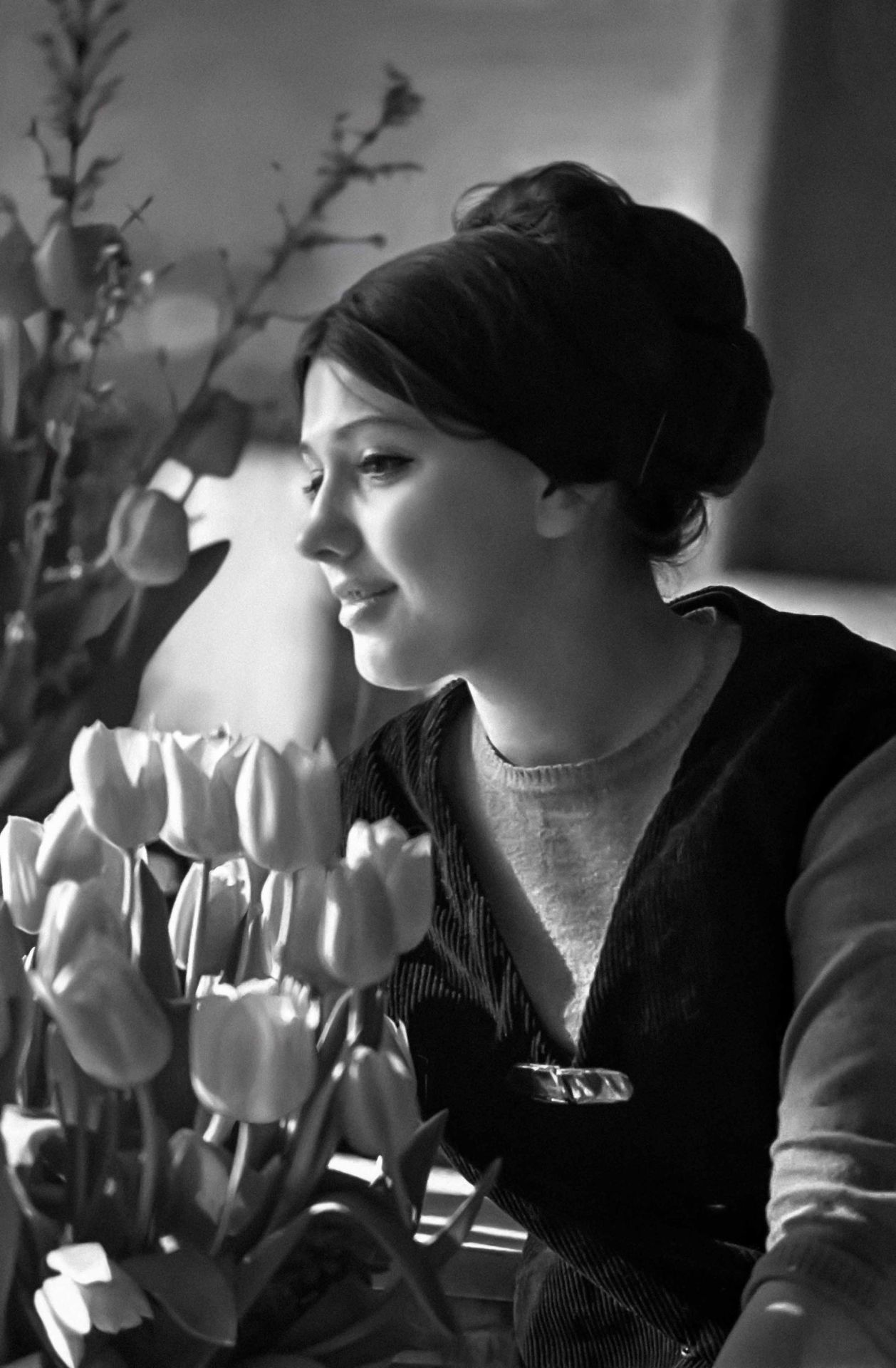 Muscovite Lena Stepanova at a flower exhibition in Nezabudka flower shop (Moscow). Photo by V. Budan (1969) #1960s#spring#soviet union#soviet#ussr#russia#history#photography#vintage#retro #black and white