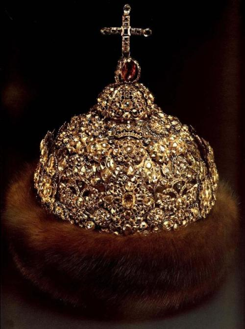 lostsplendor:  Russian Royal Headdress, 14th-17th Century: Shown and Listed Chronologically: Monomakh's Cap [14th Century], Altabasnaya (Sibir) Cap [Mid 17th Century], and The Diamond Cap [Late 17th Century]. Image Source: (via)