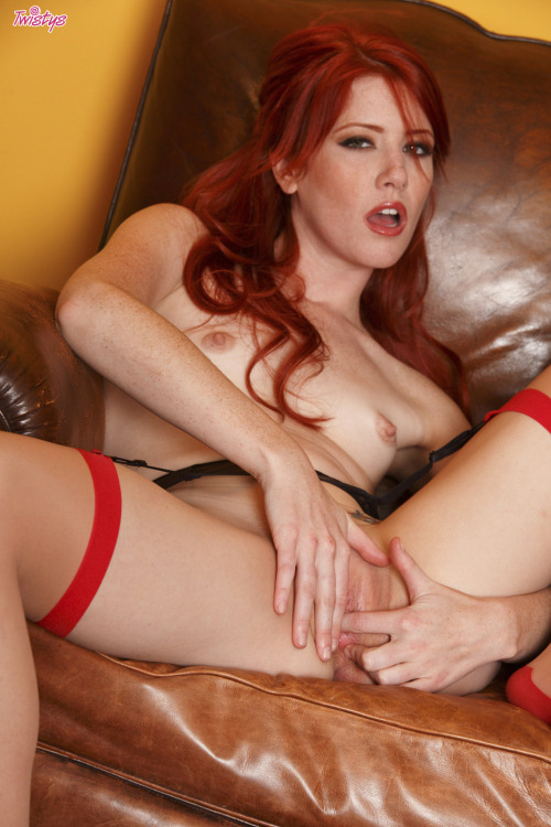 A little bit of our #TOTM @elleheartsgirls goes a long way #babe #redhead