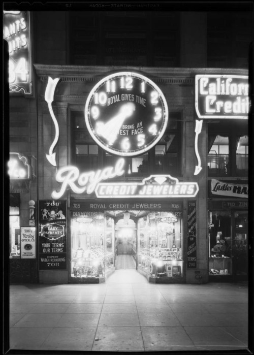 """Royal Gives Time"": the Royal Credit Jewelers clock at night, 708 South Hill Street, Los Angeles, 1930."