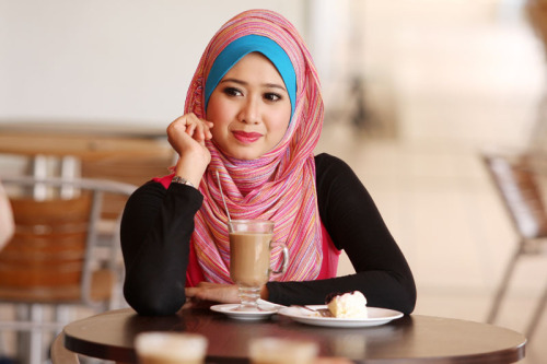 [Flickr] Vibrant Muslim woman sitting at a coffee lounge.