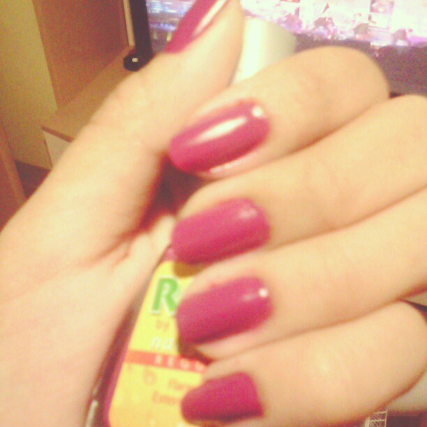 I wish I can do the exact thing with my nails on my right hand:(  #purple #nails