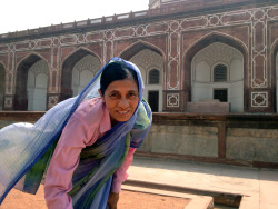 Saw this woman cleaning the gutters at Humayun's Tomb. Look at the colors on her.