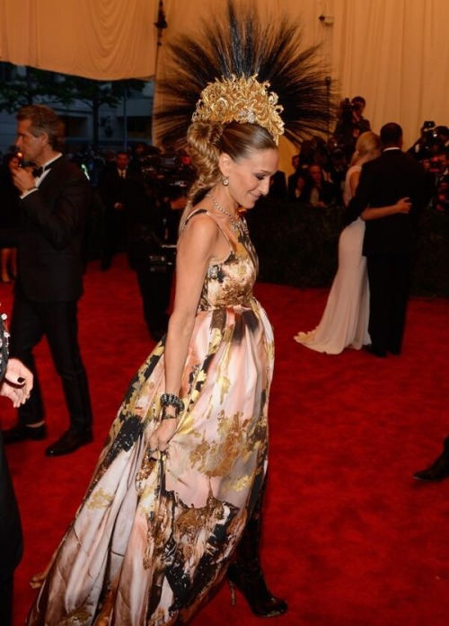nirvana-trip:  Sarah Jessica Parker at Met Gala 2013 wearing Giles Giles Giles and Phillip Treacy mohawk