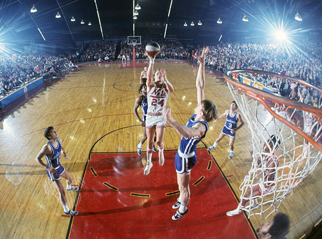 New York Nets guard Rick Barry drives to the hoop during a 1971 ABA game against the Kentucky Colonels. (Neil Leifer/SI)