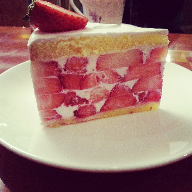 Most gorgeous strawberry cake @ café Myungga 커피 명가의 예술적인 딸기 케이크 #대구 #커피명가 #daegu #downtown #Korea #cake #dessert #food #foodstagram #red #pink #strawberry #cream #art #wow