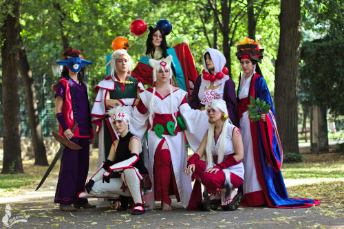 "sanjinshuu-cosplay:  Okami at the Austrian convention ""Made in Japan"" 2012~! This picture was taken by greencat - here is the rest of his gallery! :3 DaenerysTagaryen as AmaterasuGrijp-je-Kansen as OkiEvil_Siren as FusehimeCloud-Dark as Queen HimikoSyreren as RaoSinbad as YomigamiPascal as KabegamiVioletta as Gekigami -Violetta"