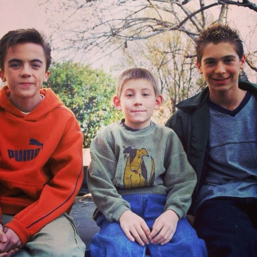 jesuhs:  my-dispute:  fue-go:  malcolm in the middle :)))  Awe this was the best show :/  It bugs me how Malcolm isn't in the middle of this picture