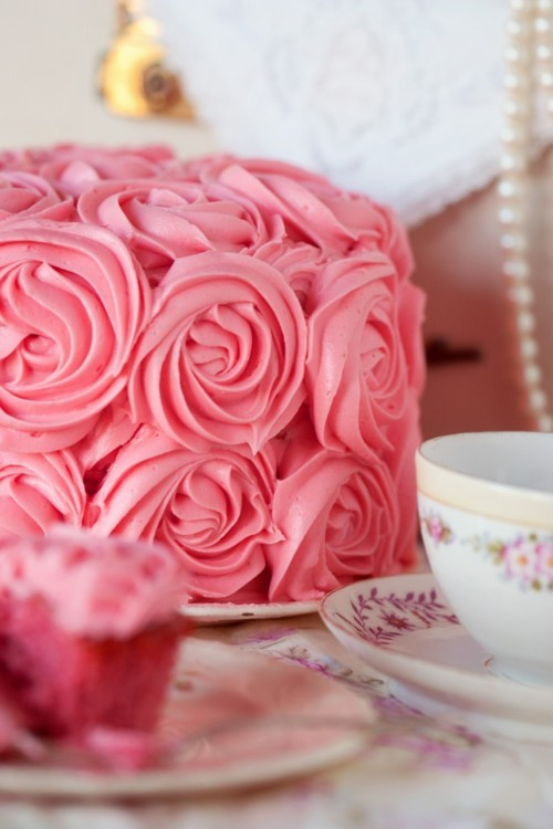peachy-blisss:  wow a rose cake!