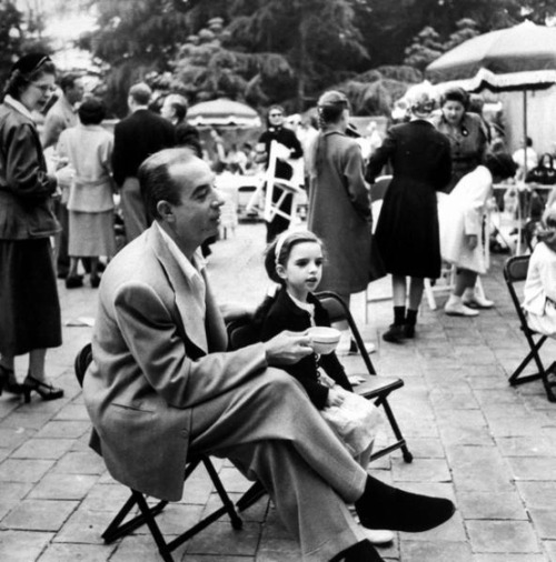 theniftyfifties:  Director Vincente Minnelli with daughter Liza at a Hollywood children's party, 1952.