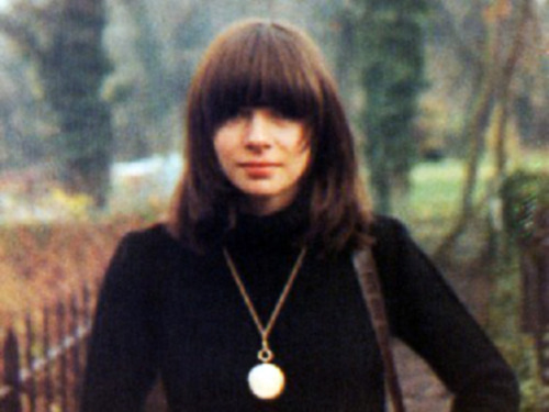 Anna Wintour at age 21 could have been a Dum Dum Girl.