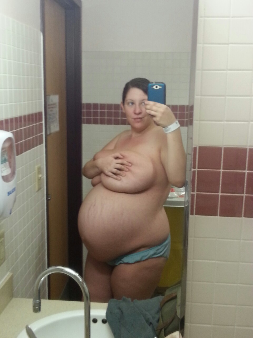 winkingdaisys:  40 weeks! #pregnant @ the hospital (pre iv and broken water)