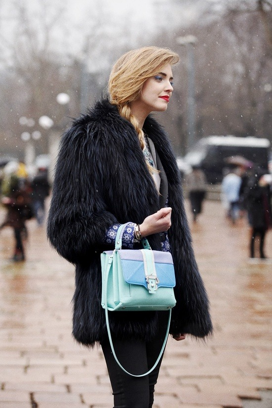 That bag! (via Fotos de street style en Milan Fashion Week | Vogue)