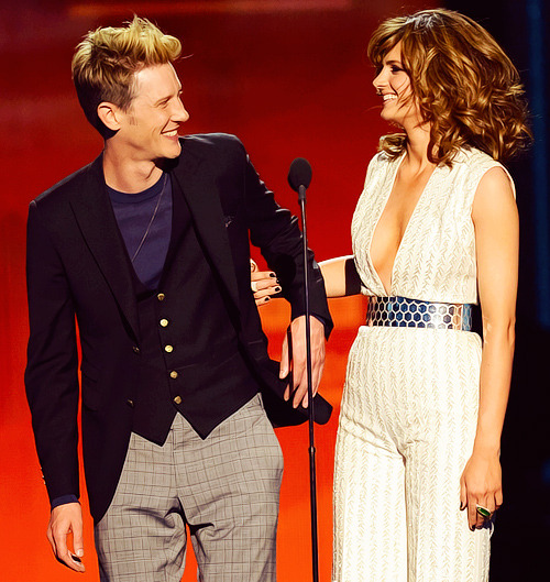 Stana Katic and Gabriel Mann presenting Jennifer Lopez at the Billboard Music Awards 2013