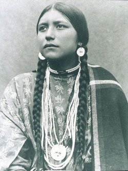 walksbeauty:  Lakota Woman