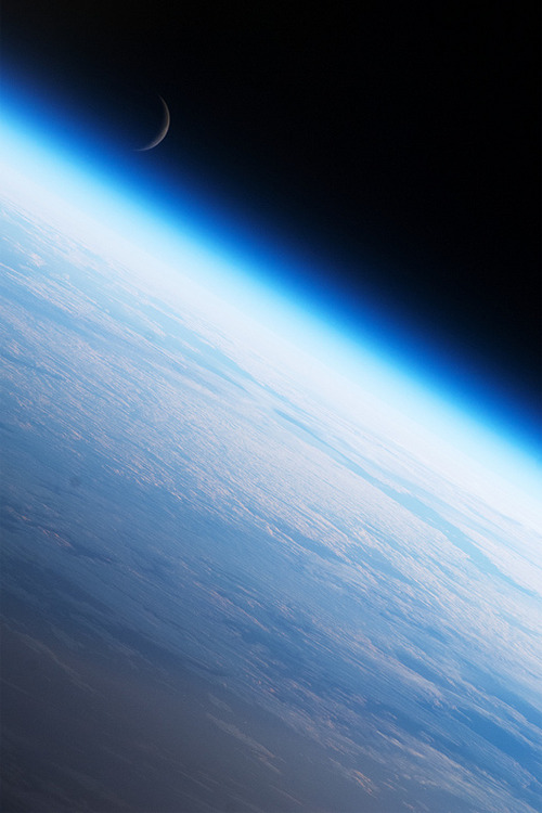 vurtual:  Earth's Limb and the Moon (by sjrankin)