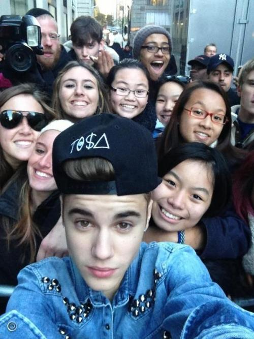 bieber-news:  Check out this adorable fan pic from a couple months ago in NYC!