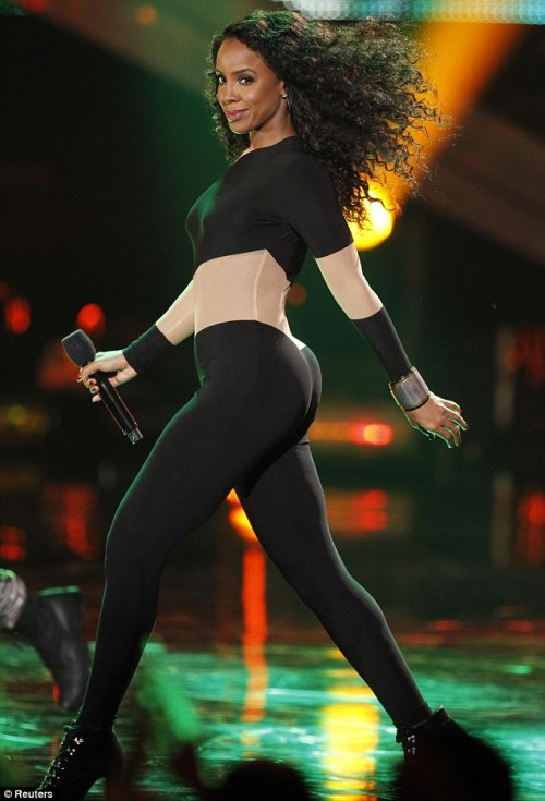 ceeyalaterr:  gonewiththewinfield:  Kelly Rowland… My God  her ASS.