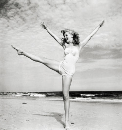 vintagegal:  Marilyn Monroe photographed by André de Dienes, 1949