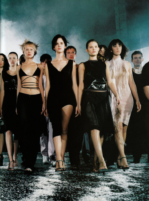 saloandseverine:  Vogue Paris February 2000, Performance  by Mario Testino  Wait this is not last night's Budweiser ad?