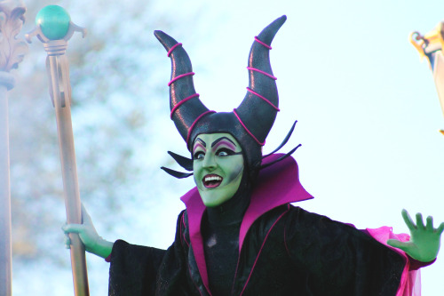 andrew-jason:  When Maleficent shows up unexpectedly to Mickey's castle show it's kinda like the alcoholic single aunt in her 50s who shows up to thanksgiving even though everyone was careful not to invite her and I feel this facial expression reflects that….